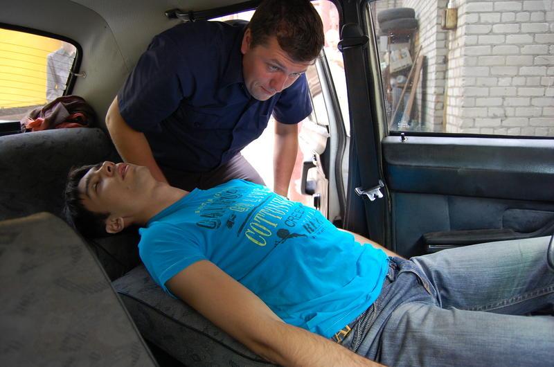 Извлечение пострадавшего из автомобиля при ДТП