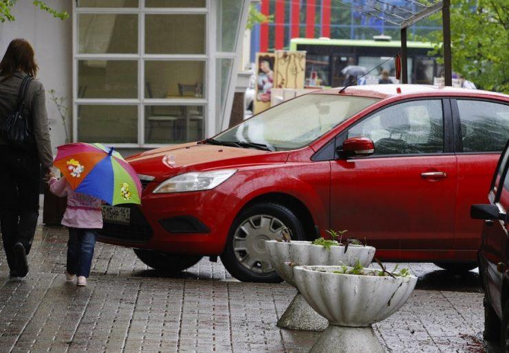 Куда пожаловаться на припаркованные машины во дворе