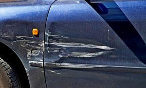 Поцарапал машину на парковке: что делать