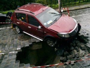 Попал в яму на дороге и повредил авто: последствия