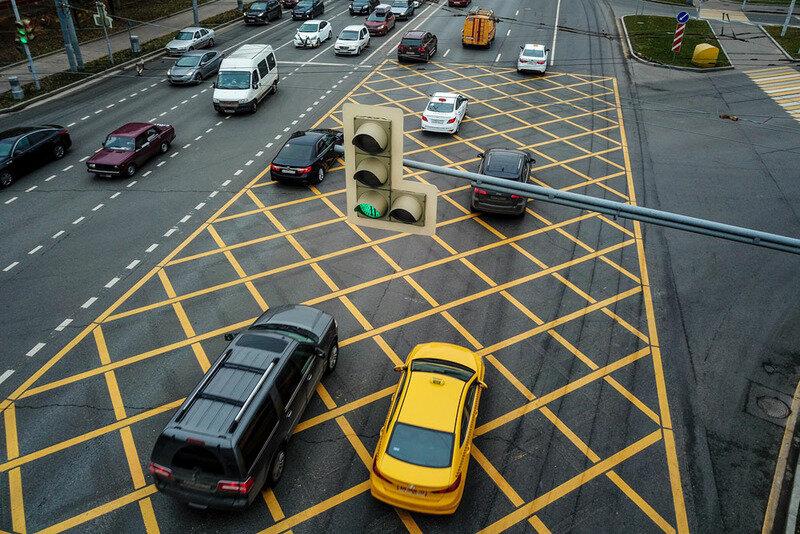 Движение по кольцевому перекрестку: когда нужно включать поворотник