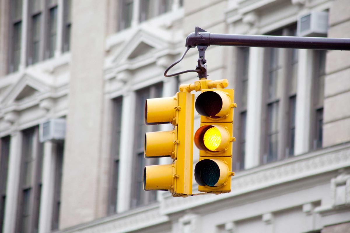 Значение желтого сигнала светофора: непрерывное горение, мерцание